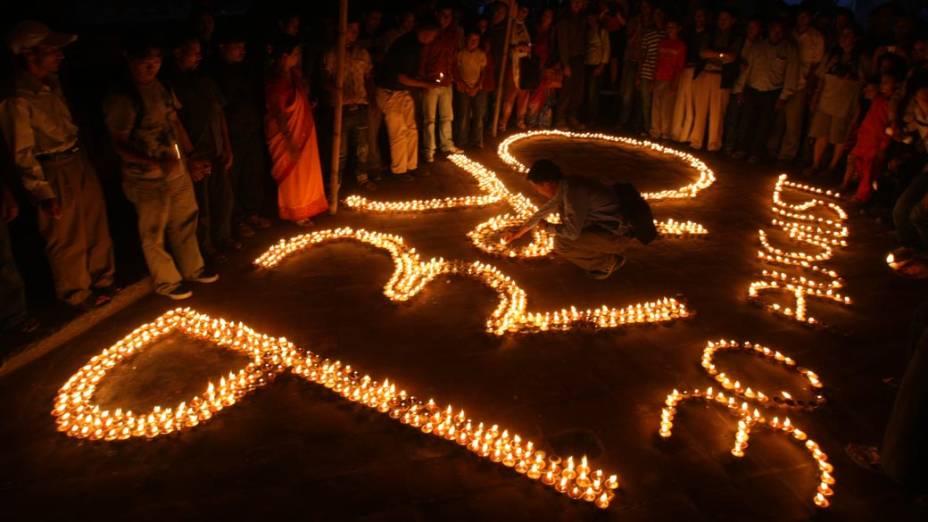 Em memória de desaparecidos, centenas acenderam velas em Katmandu, Nepal