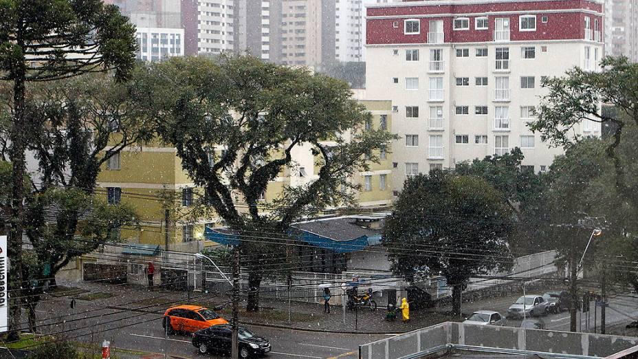 Uma fina e rápida neve cai em Curitiba após 38 anos