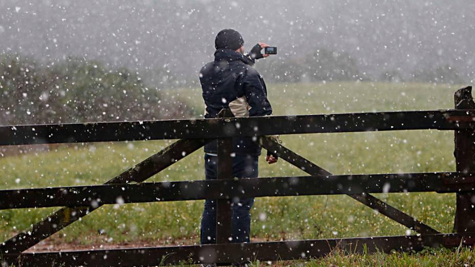 Neve começa a cair na cidade de Fazenda Rio Grande (PR), na manhã desta terça-feira (23)