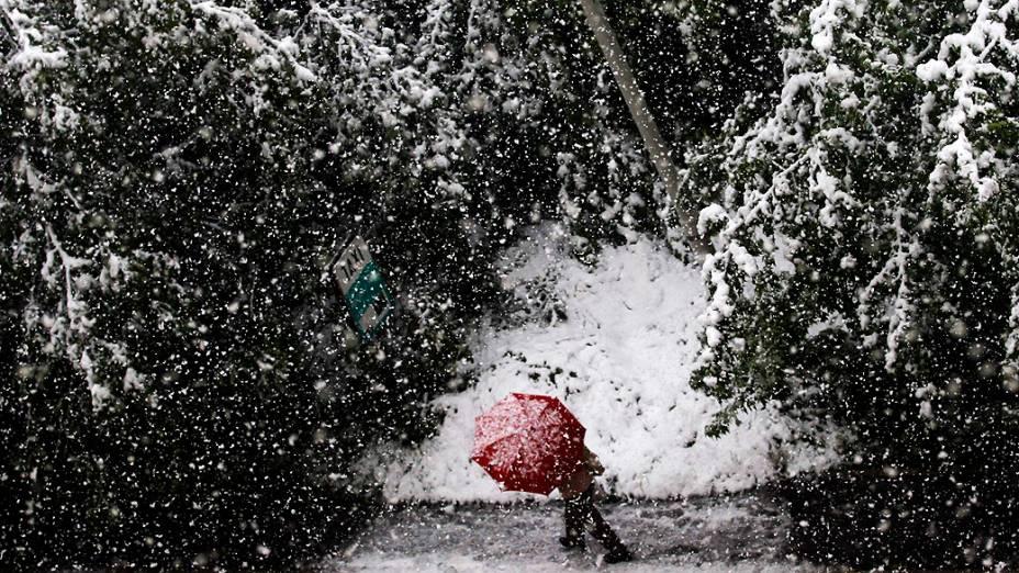 Homem caminha segurando um guarda-chuva no centro de Sarajevo, depois de uma forte nevasca que atingiu a capital da Bósnia