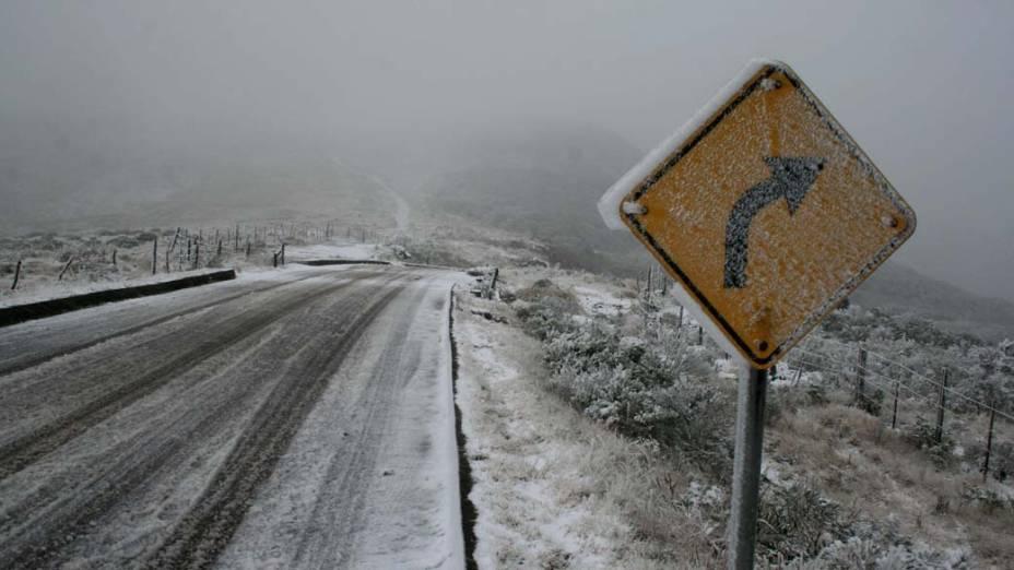 Neve cobre estrada em Urubici, na Serra Catarinense. O local foi um dos mais afetados pelas baixas temperaturas - Alvarélio Kurossu/Ag. RBS/Folhapress
