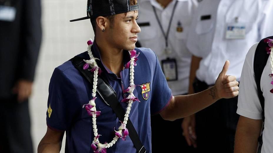 Neymar é recebido com colar de flores no Aeroporto Internacional Don Muang, em Bangcoc