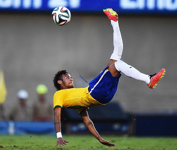 Neymar dá bicicleta no amistoso contra o Panamá em Goiânia