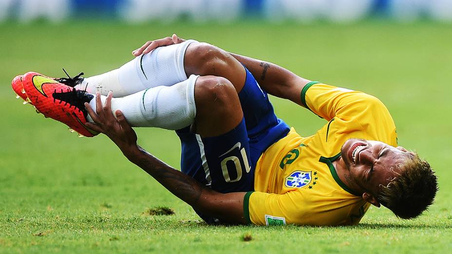 Neymar cai em campo após sofrer falta no jogo contra o México no Castelão, em Fortaleza