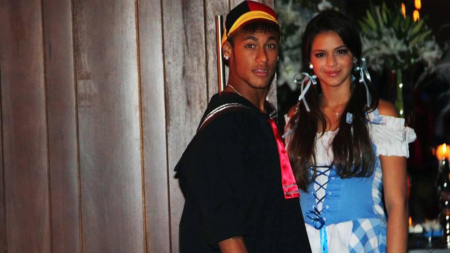 """Com a namorada, a atriz Bruna Marquezine, Neymar foi vestido de Quico, do seriado """"Chaves"""", à festa de aniversário de 30 anos do cantor Thiaguinho"""