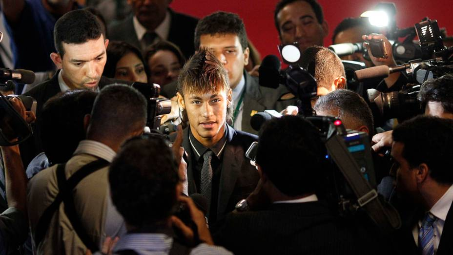 Neymar é cercado pela imprensa após sessão solene em homenagem ao centenáro do Santos na Câmara dos Deputados em Brasília