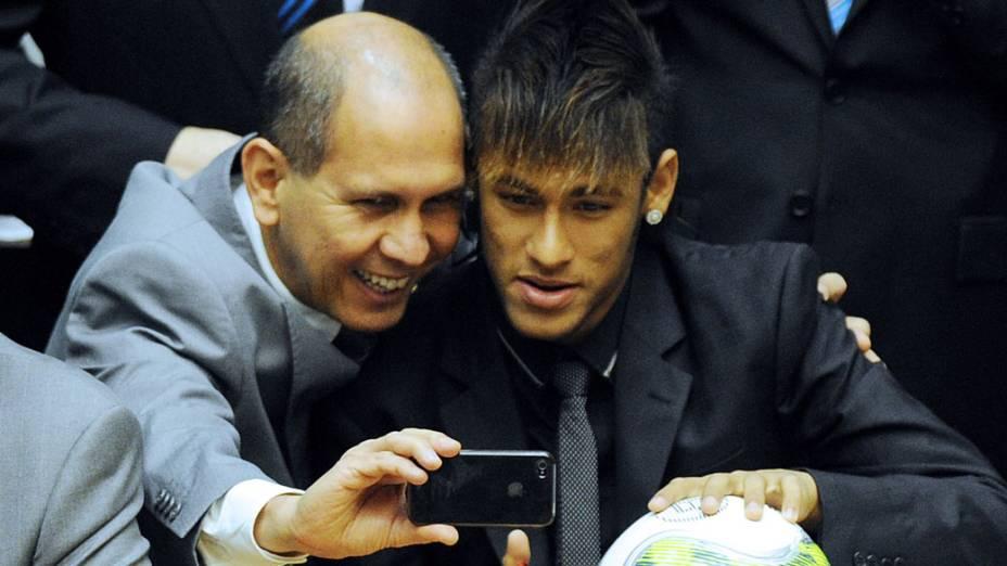 Senador Aníbal Diniz posa para foto com Neymar durante sessão em homenagem ao centenário do Santos na Câmara dos Deputados em Brasília