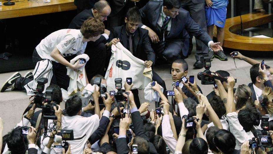 Neymar é cercado pela imprensa durante sessão solene em homenagem ao centenáro do Santos na Câmara dos Deputados em Brasília