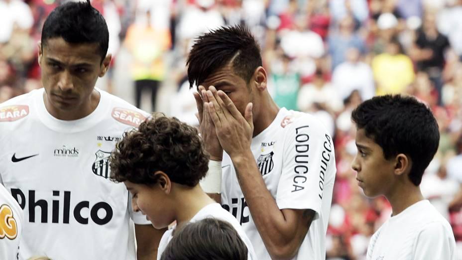 Neymar chora em sua despedida do Santos, antes da primeira rodada do Campeonato Brasileiro, contra o Flamengo, no Estádio Nacional de Brasília