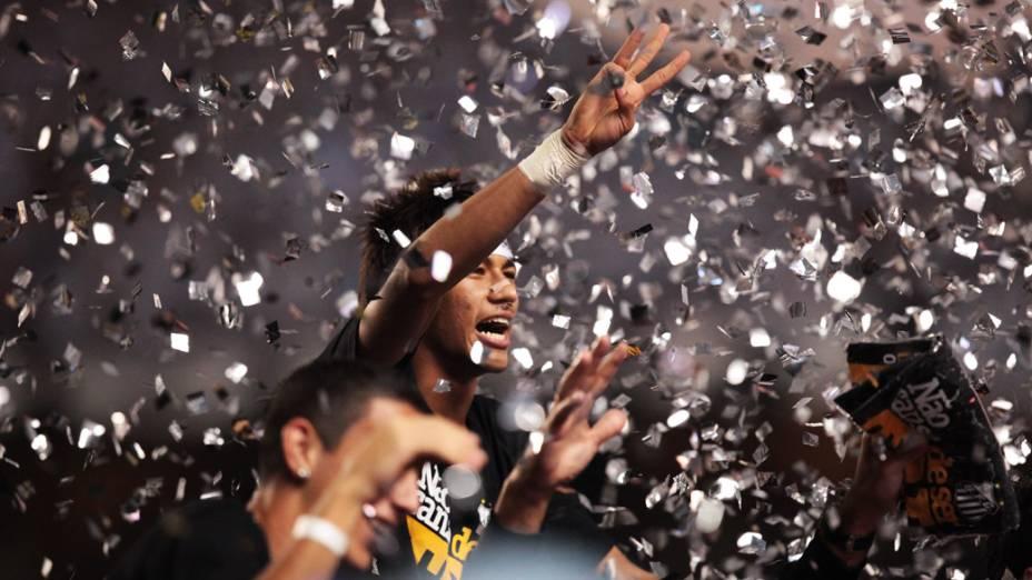 Neymar comemora o tricampeonato do Santos