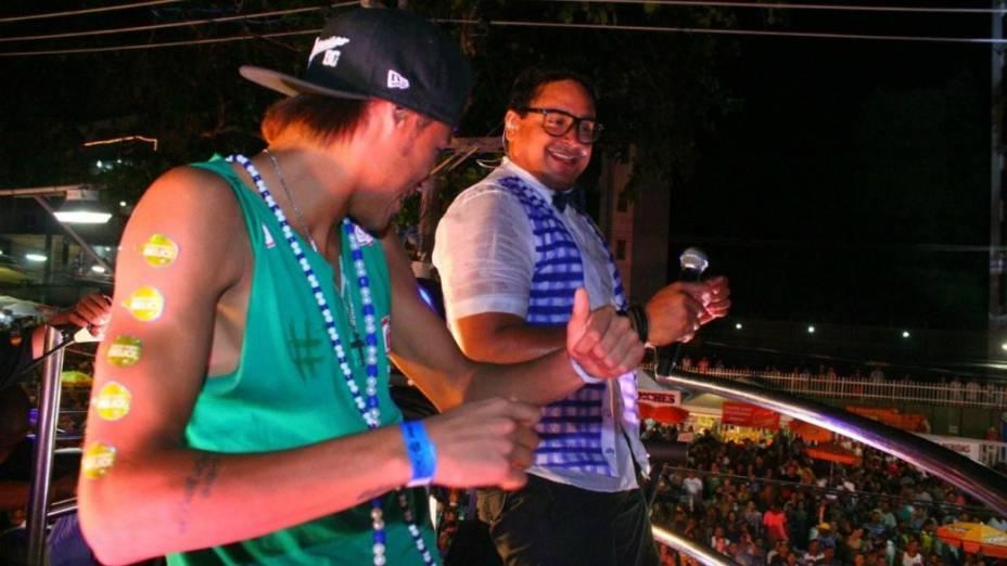 Neymar dança com Xanddy em cima de trio elétrico em Salvador