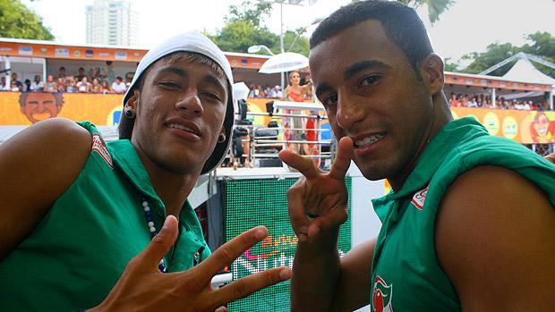 Neymar e Lucas em Salvador, sobre trio elétrico, no domingo de Carnaval
