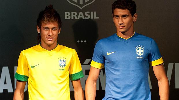 Neymar e Paulo Henrique Ganso apresentam a nova camisa da seleção brasileira