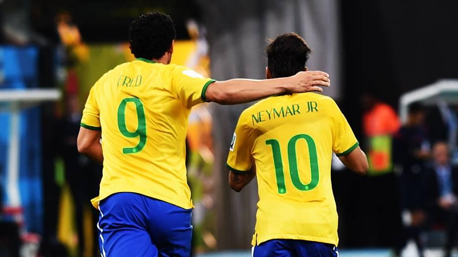 Fred e Neymar comemoram vitória sobre a Croácia<br><br>
