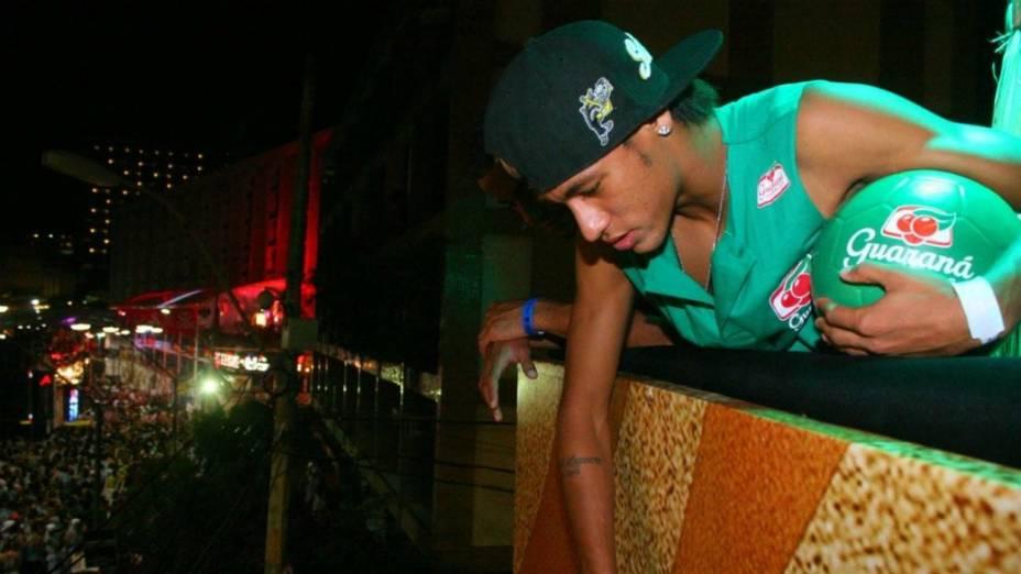 Neymar joga bola para os foliões em Salvador