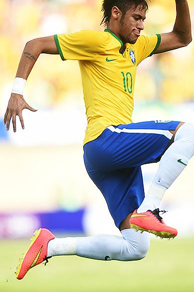 Neymar comemora o primeiro gol do Brasil na vitória sobre o Panamá no estádio Serra Dourada, em Goiânia