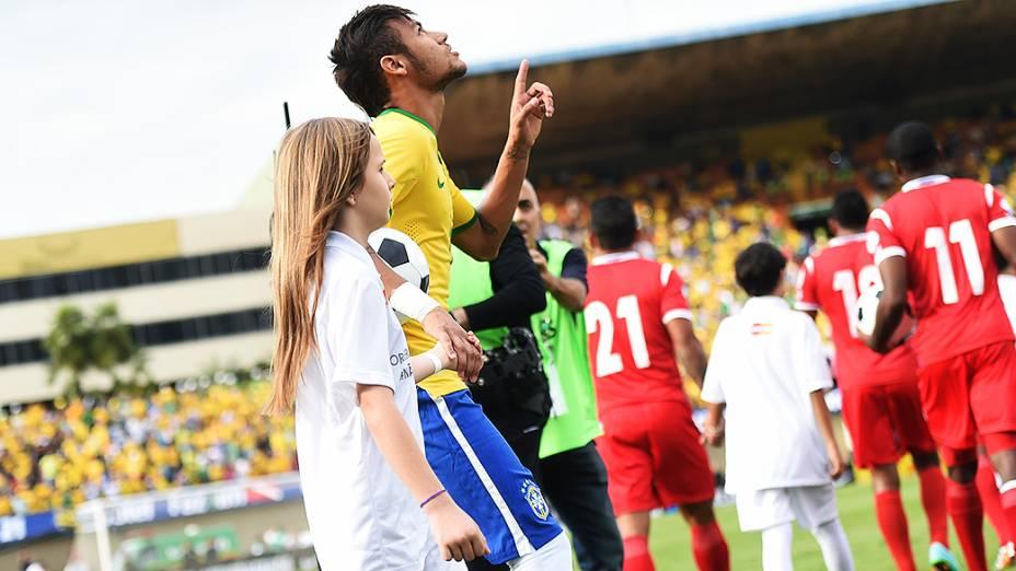 Neymar entra em campo para o amistoso do Brasil contra o Panamá no estádio Serra Dourada, em Goiânia