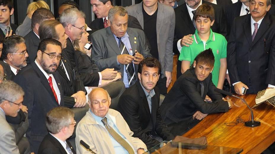 Neymar, o ex-craque Pepe e outros ídolos do Santos foram homenageados na Câmara. O astro da seleção foi cercado por parlamentares (e seus filhos)