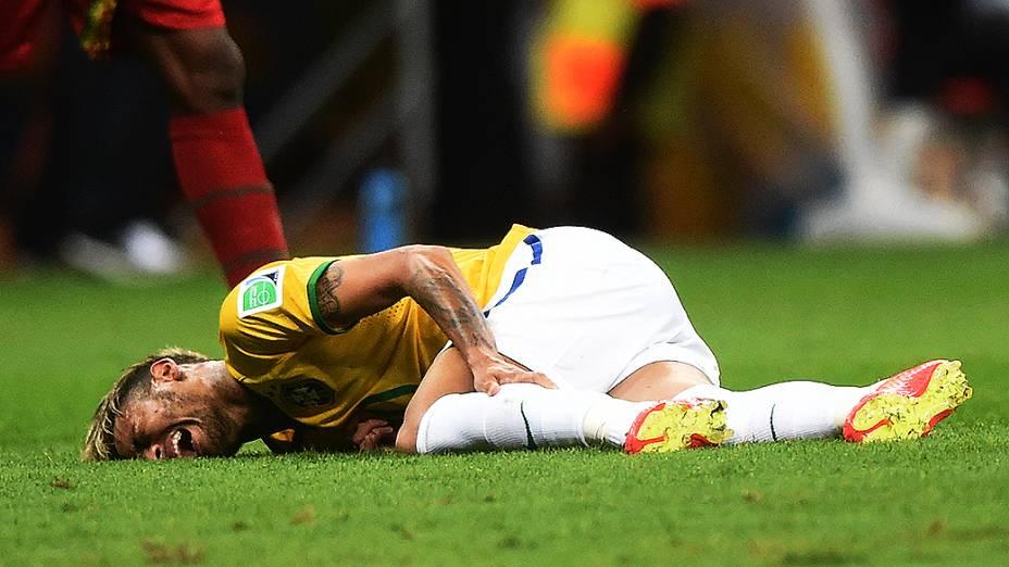 Neymar cai no gramado após falta de jogador camaronês