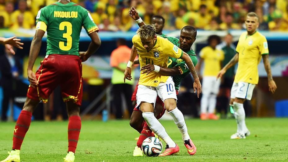 Neymar é marcado durante o jogo contra Camarões no Mané Garrincha, em Brasília