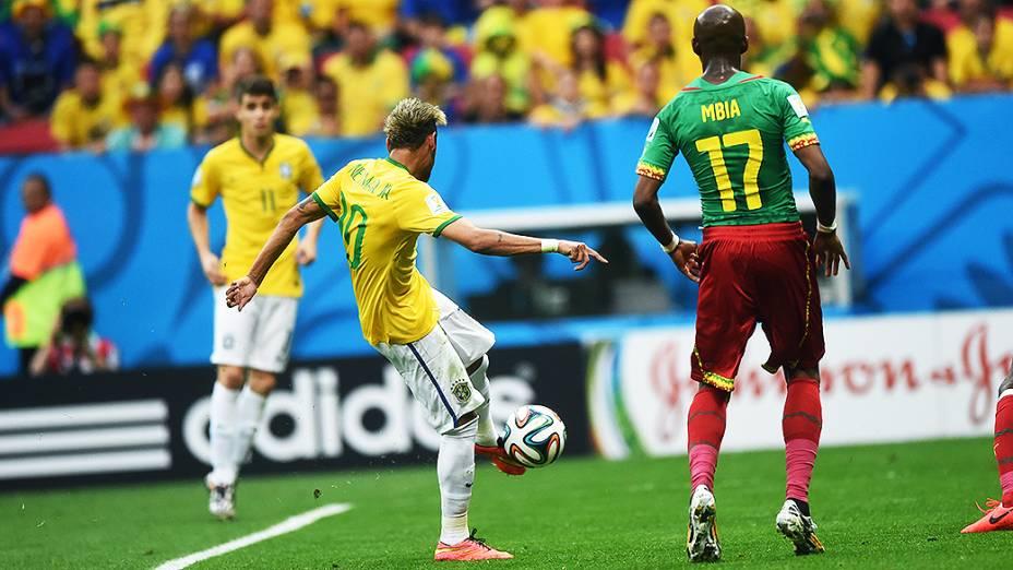 Neymar chuta a bola durante o jogo contra Camarões no Mané Garrincha, em Brasília