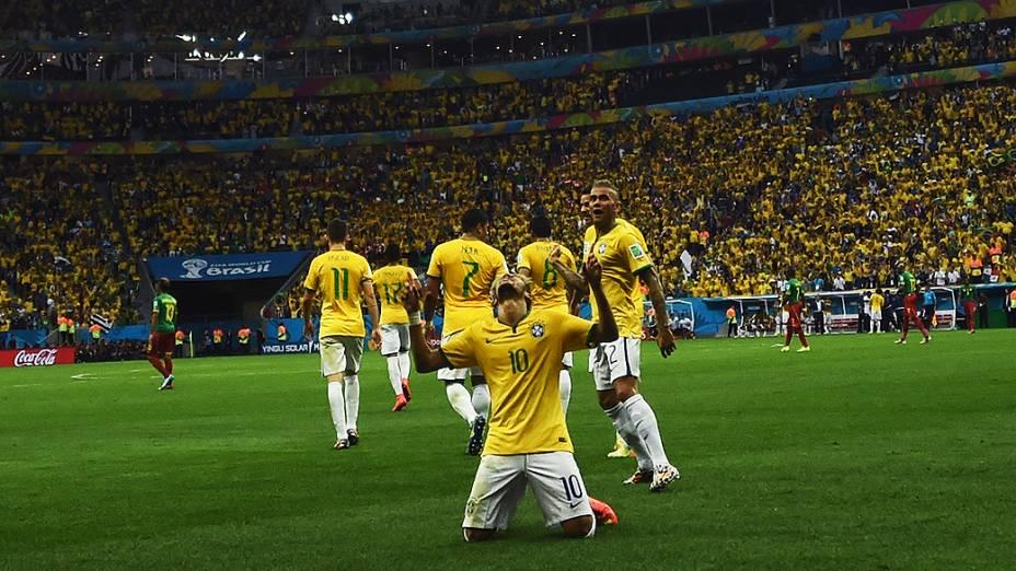 Neymar comemora gol contra Camarões no Mané Garrincha, em Brasília