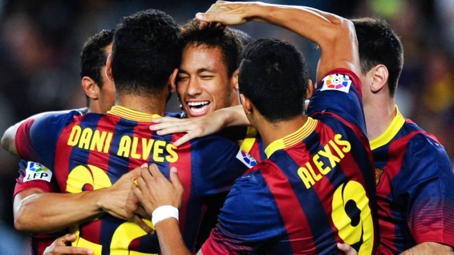 Neymar comemora com os companheiros depois de marcar seu primeiro gol pelo Barcelona no Campeonato Espanhol