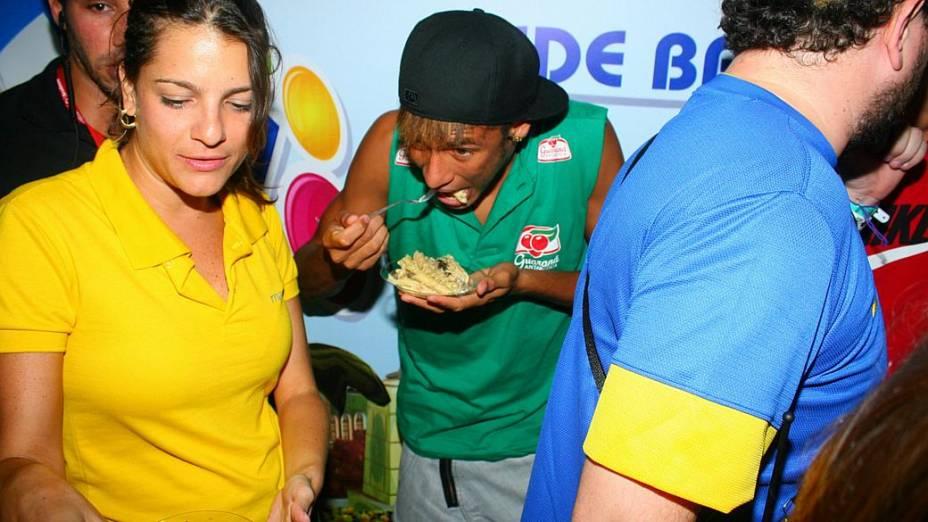 Neymar faz uma boquinha durante a folia (19/02/2012)