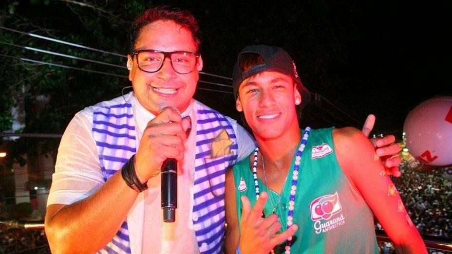 Neymar aparece no trio elétrico de Xandy