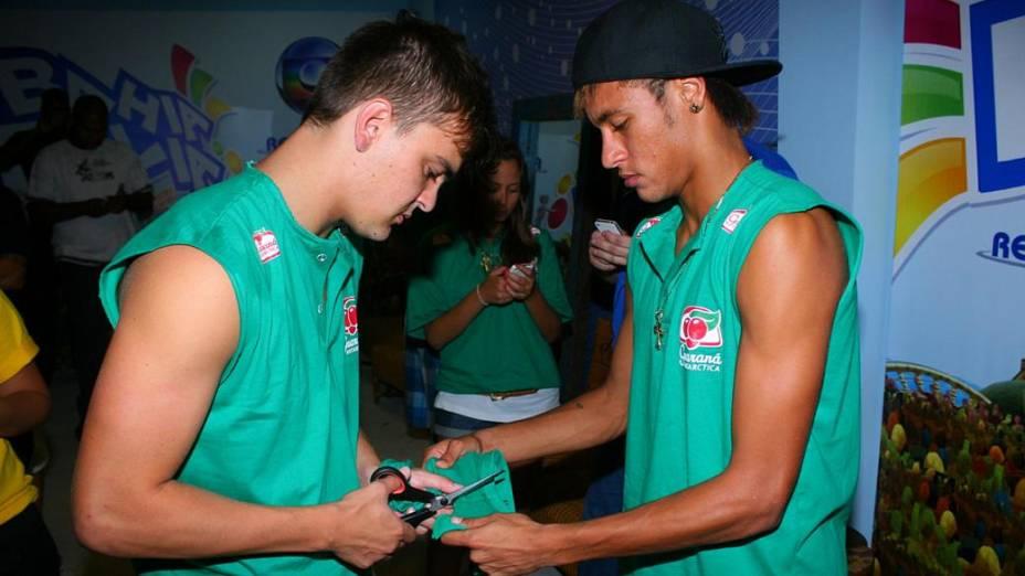 Neymar e um amigo cortam o abadá em Salvador (19/02/2012)