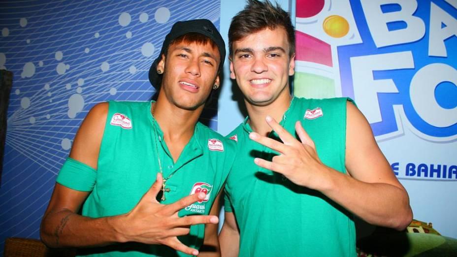 Neymar aproveita o carnaval de Salvador com amigos (19/02/2012)