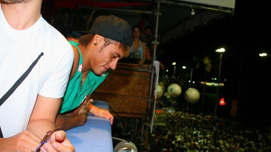 Neymar aproveita o carnaval de Salvador (19/02/2012)