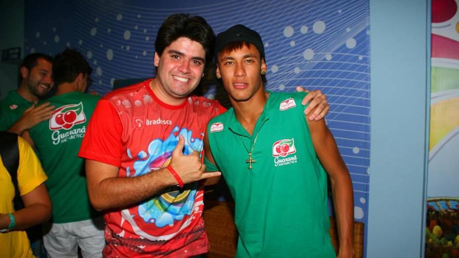 Neymar tira foto com fã em Salvador (19/02/2012)