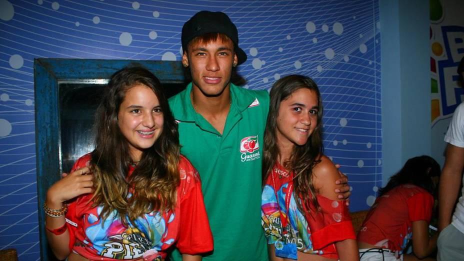 Neymar tira foto com fãs em Salvador (19/02/2012)<br>
