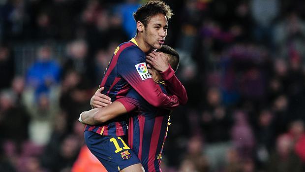 Neymar comemora com Alexis Sanchez o gol marcado pelo chileno