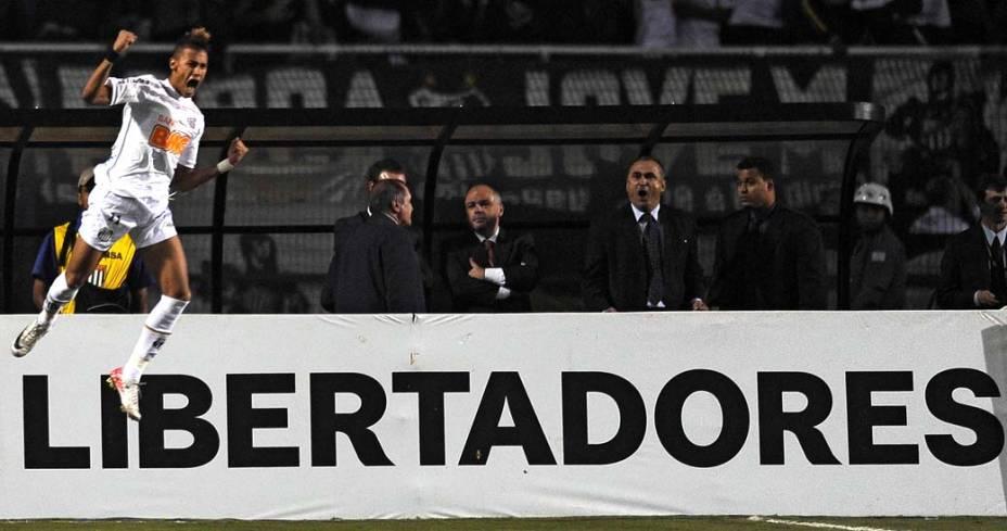 Neymar comemora após marcar o primeiro gol do Santos na partida válida pela final da Copa Libertadores da América 2011, no estádio do Pacaembu, São Paulo