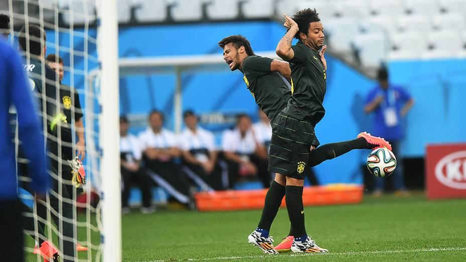 Neymar e Marcelo durante treino da seleção brasileira no Itaquerão, em São Paulo