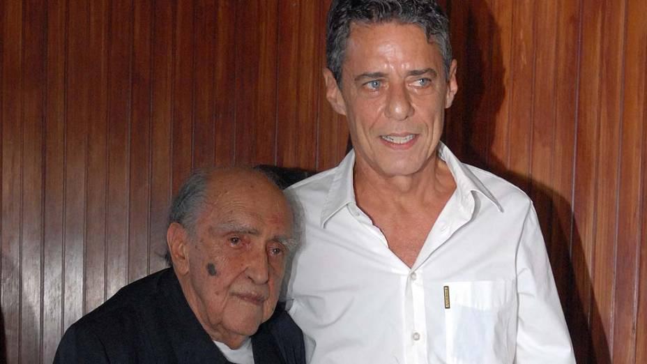 Oscar Niemeyer com Chico Buarque, em 2007