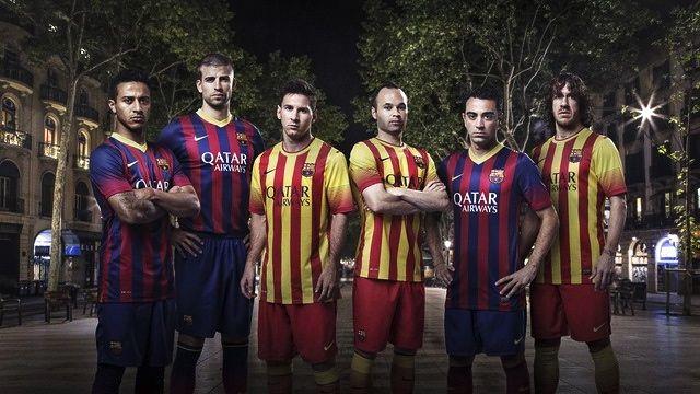 Jogadores do Barcelona mostram as novas camisas do clube catalão, para a temporada 2013-2014