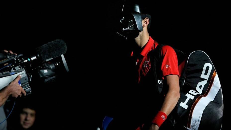 Novak Djokovic entrou em quadra com a máscara de Darth Vader em sua estreia no Masters de Paris - e perdeu o jogo