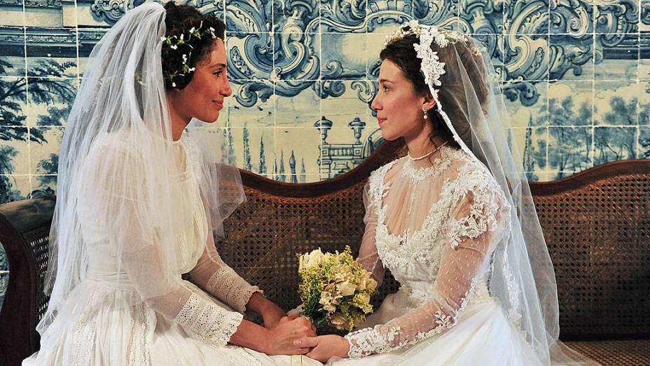 Isabel (Camila Pitanga) e Laura (Marjorie Estiano) se conhecem na igreja, em Lado a Lado