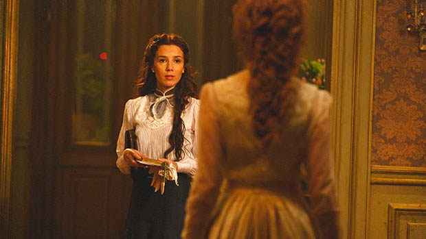 Laura (Marjorie Estiano) mente e diz que vai encontrar a prima na praça, mas Constância (Patrícia Pillar) desconfia