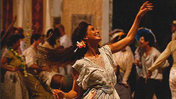 Isabel (Camila Pitanga) dança em pleno carnaval carioca