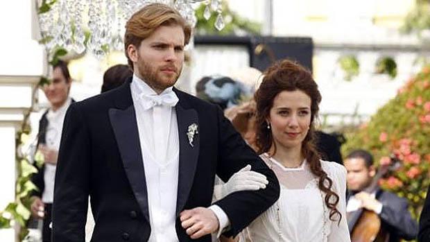 Edgar Vieira (Thiago Fragoso) e Laura Assunção (Marjorie Estiano) na novela Lado a Lado