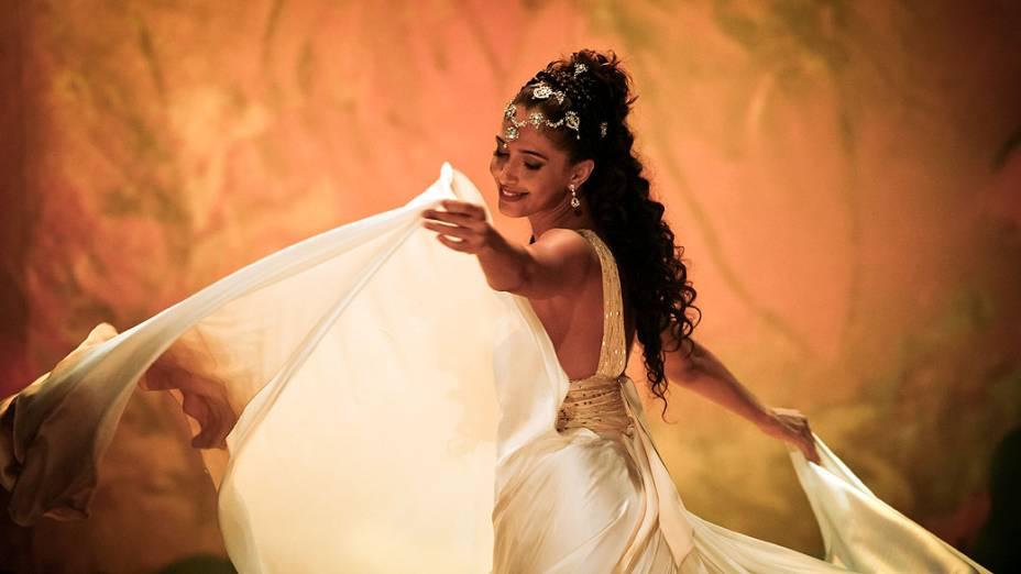 Isabel (Camila Pitanga) dançando, em Lado a Lado