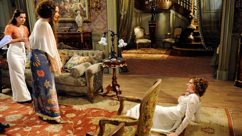 Isabel (Camila Pitanga) briga com Constância (Patricia Pillar), em Lado a Lado