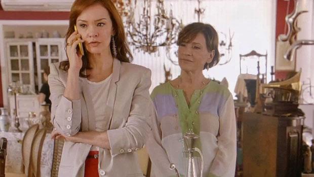Chica (Natália do Vale) e Helena (Júlia Lemmertz), mãe e filha, trocam de lugar no papel de heroína romântica em Em Família