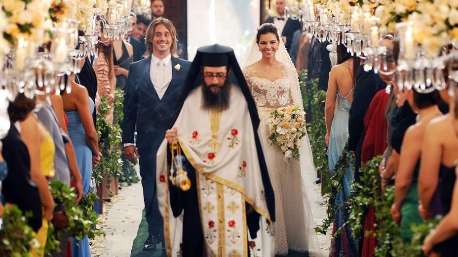 Casamento de Drica (Mariana Rios) e Pepeu (Ivan Mendes) pelo Monsenhor Dimitrios Attarian