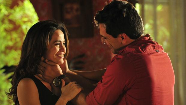 Théo (Rodrigo Lombardi) e Morena (Nanda Costa) se beijam em Salve Jorge