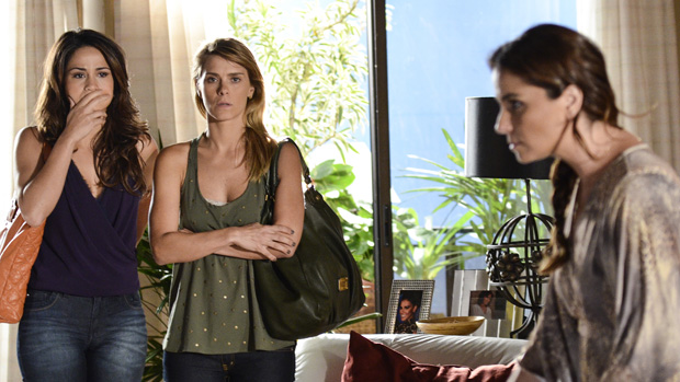 Morena (Nanda Costa) e Jéssica (Carolina Dieckmann) tentam explicar o golpe